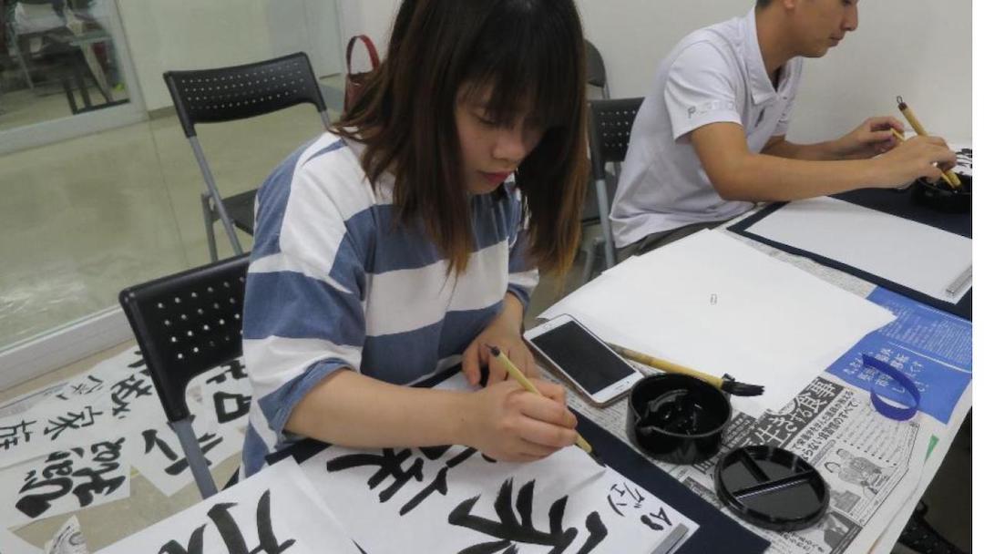 SAMU language school student practicing Japanese calligraphy